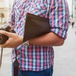 Pria jangan mau ketinggalan pakai clutch bag yang sedang booming. Selain praktis dibawa, tas ini juga bikin gaya makin stylish. Intip cara memilihnya dan juga rekomendasi apik dari kami, ya!