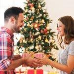 Ngày Noel đang cận kề, chắc hẳn sẽ có nhiều bạn gái cảm thấy bối rối không biết nên chọn quà gì để tặng người yêu. Chọn quà Giáng Sinh cho bạn trai cần phù hợp với nghề nghiệp, sở thích của bạn trai cũng như ngân sách của bạn. 10 gợi ý dưới đây sẽ đề xuất món quà thú vị dành cho bạn trai, đừng bỏ qua nhé!