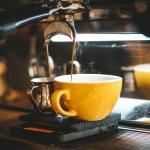 Para pencinta kopi pasti setuju kalau memulai aktivitas tanpa ngopi rasanya jadi kurang bersemangat menjalani hari, benar kan? Nah, kamu yang tidak bisa lepas dari kopi sepertinya wajib untuk punya mesin kopi sendiri di rumah. Selain bisa menikmati kopi enak di rumah, kamu juga bisa lho, belajar membuat kopi layaknya seorang barista!