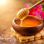 Mật ong là một trong những nguyên liệu làm đẹp tự nhiên được nhiều người ưa chuộng. Là một hợp chất chứa nhiều vitamin có lợi và chất chống oxy hóa nên mật ong thường được áp dụng để làm đẹp da, giảm mụn, làm trắng da, chăm sóc tóc,... Đồng thời, mật ong khi kết hợp với những nguyên liệu thiên nhiên khác sẽ có tác dụng gấp nhiều lần. Hôm nay, Bp-guide sẽ bật mí 10 cách làm đẹp da với mật ong siêu hiệu quả qua bài viết dưới đây!