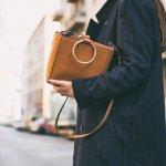 """Túi xách oversize luôn là lựa chọn hàng đầu của tín đồ thời trang yêu thích sự đơn giản, tiện dụng mà không kém phần thời thượng. Nhờ có thiết kế to rộng, túi xách oversize vừa có thể đựng được """"cả thế giới"""" bên trong vừa tạo điểm nhấn nổi bật, ấn tượng cho người đeo. Nếu bạn đang muốn theo đuổi phong cách này thì hãy tham khảo ngay 10 gợi ý hữu ích dưới đây nhé!"""