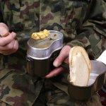 Agar tubuh tetap prima saat bertugas di lapangan, para tentara tentu membutuhkan makanan yang bergizi. Selain memperhatikan faktor gizi, ransum untuk tentara ini juga memiliki menu yang bervariasi dan lezat. Mari cari tahu berbagai menu makanan tentara dari berbagai negara di dunia.