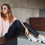 「運動靴」というイメージもあるスニーカーですが、最近はおしゃれなものがたくさん揃っています。今回は、女性へのプレゼントに人気のおしゃれなスニーカーを【2021年 最新版】としてランキング形式にまとめました。同じサイズでも、ブランドによってはピッタリめのサイズであったり、大きめサイズであったりと、違いがありますので、選ぶ際には、商品についての説明をきちんと確認して、ワンサイズ大きめを選ぶなどの工夫をすることも必要です。ぜひ素敵な一足を見つけてください。