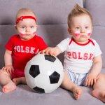 Baju bayi bertema tim sepak bola sepertinya menjadi wajib dimiliki bila orang tua menyukai klub tertentu. Nah, biar makin gemas, jangan lupa utamakan kenyamanan si kecil. BP-Guide punya rekomendasi baju bayi bola yang bisa Anda borong di bawah ini.