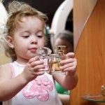 Selain membuat si kecil wangi dan segar sepanjang hari, ternyata penggunaan parfum pada bayi bagus untuk menstimulasi indera penciuman dan membuatnya menjadi lebih tenang seharian. Tidak hanya itu, parfum juga bisa mengurangi frekuensi menangis pada bayi, lho.
