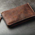 ガンゾのメンズ長財布は、高品質なレザー素材と細部までこだわり抜かれた加工や縫製で注目を集めています。この記事では、多くの人から選ばれている人気のシリーズをランキング形式でご紹介します。各シリーズの商品の特徴とおすすめの選び方もあわせてチェックして、長く愛用できる財布を見つけてください。