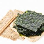 Biasanya kita mengetahui rumput laut digunakan sebagai campuran es buah. Sekarang rumput laut bisa digunakan sebagai campuran makanan bahkan dijadikan snack. Ternyata kehadirannya sudah dikenal sejak lama. Kalau kamu baru mau mencicipinya, silakan pilih salah satu atau beberapa rekomendasi snack rumput laut dari BP-Guide ini.