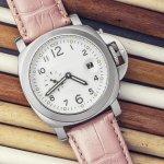 数ある時計ブランドの中でも、女性の生活スタイルに寄り添ったセイコーのレディース腕時計は、幅広い層の女性から長く愛されています。今回は、デザイン・機能共に高い人気を維持しているルキアシリーズやソーラーシリーズなど、女性への贈り物に喜ばれるアイテムをご紹介します。さらに各シリーズの特徴や、相手の女性におすすめのモデルもまとめました。また失敗の少ないプレゼント選びのポイントや予算の相場も調査したので、相手への気持ちがこもった贈り物選びの参考にしてください。
