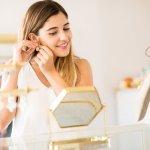 ぐっと垢抜けたコーディネートに仕上がるシンプルなレディースイヤリングは、女性へのプレゼントにぴったりです。この記事では「2020年最新の情報」で、上質なパールやゴールドを使用した人気商品をご紹介します。大人可愛いリボンモチーフや、おしゃれの幅が広がるリバーシブルタイプなど、注目の商品が満載です。長く愛用してもらえる、素敵なイヤリングギフト選びの参考にしてください。