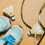 Olahraga badminton tak boleh sekadar pakai sandal jepit saja loh! Meski menjadi pemain amatir, kamu wajib memakai sepatu badminton terbaik. Yuk, cek rekomendasinya dari kami!