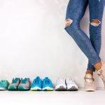 Siapa yang tidak mengenal sepatu? Sepatu merupakan benda yang sangat dibutuhkan sebagai alas kaki. Selain bisa melindungi dan menjaga kaki kita, sepatu juga bisa menjadi tren fashion, seperti sepatu sneakers. Sepatu sneakers bisa dipakai oleh pria maupun wanita. Buat Anda yang suka bergaya simpel dan kasual, sneakers bisa menjadi fashion item pilihan yang tepat. BP-Guide akan memberikan tips-tips memilih sneakers dan rekomendasi sneakers yang kekinian. Yuk, dibaca sampai habis supaya Anda makin tahu banyak seluk-beluk sneakers!
