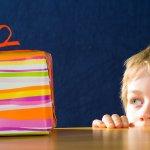 Dunia anak-anak begitu dipenuhi dengan beragam mainan. Mereka sangat tertarik dengan jenis mainan yang mereka anggap menyenangkan. Namun sebagai orang tua, Anda diharuskan lebih selektif dalam menentukan mainan mana yang memiliki nilai edukasi. Selain terhibur dengan mainannya, tanpa mereka sadari bahwa mainan tersebut dapat melatih kecerdasannya.