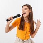 Bernyanyi memang sesuatu yang mengasyikkan. Ditekuni secara serius atau sekadar hobi saja, bernyanyi bisa mendatangkan manfaat besar untuk kamu. Tidak semua orang memiliki suara indah dan merdu untuk bernyanyi. Namun, memiliki suara merdu bukan impian belaka. Kamu bisa mengusahakan agar suara yang kamu hasilkan bisa enak didengar. Simak tips dari kami, ya!