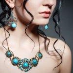 Memiliki perhiasan bertatahkan batu berlian, safir, ruby, atau mutiara pasti menjadi impian setiap wanita. Perhiasan dengan batu mulia tersebut memancarkan keindahan yang menghadirkan kesan elegan. Mau tahu rekomendasi perhiasan yang cantik ini? Yuk, ikuti terus BP-Guide!