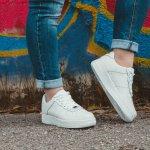 Sepatu putih identik dengan bersih dan mewah. Karena itu, jangan ragu untuk mencoba menggunakan sepatu adidas putih ini. Jika dipadukan dengan atasan yang tepat, penampilan kalian pasti akan lebih keren.