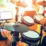 Drum menjadi salah satu alat musik yang menantang untuk dikuasai. Ini karena tidak mudah belajar drum. Kita harus mengkoordinasikan otak, tangan, dan kaki agar bisa menghasilkan suara yang pas. Butuh banyak latihan untuk bisa jadi drummer yang hebat. Nah, untuk mendukungmu belajar drum, intip yuk deretan drum elektrik terbaik rekomendasi dari kami!