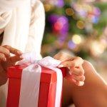 クリスマスプレゼントは高価でなくてはいけないと思い込んでいる方もいるかもしれません。でも実際は価格より、実用性の高さや箱を開けた時の驚きが女性に喜ばれるポイントです。そこで2019年 最新の、1,000円で購入できる彼女や妻へのプチプラクリスマスプレゼントランキングをご紹介します。それぞれ詳細を取り上げるので、プレゼント選びの参考にしてください。