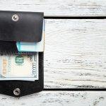 コンパクトなのに実用性が高い三つ折り財布は、男性へのプレゼントに最適なアイテムです。そこで今回は「2019年最新情報」メンズ三つ折り財布についてご紹介します。人気ブランドのものや、機能性に優れた三つ折り財布など、おしゃれな方に喜ばれるアイテムをたくさん集めました。ぜひ、大切な方へのプレゼント選びの参考にしてください。