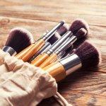 Kuas makeup adalah alat wajib punya buat kamu yang suka bereksperimen dengan berbagai macam riasan. Pilih kuas yang berkualitas dan sesuai dengan kebutuhan kamu. Simak rekomendasi kuas makeup dan bagaimana cara merawatnya dalam artikel BP-Guide berikut ini!