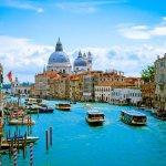 Berwisata ke Italia bisa menjadi berkah tersendiri karena belum tentu semua orang mendapat kesempatan. Belum lengkap rasanya kalau kamu belum memborong oleh-oleh untuk orang terdekat. Yuk, cek apa saja yang bisa kamu bawa pulang dari Italia sebagai souvenir!