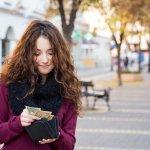 可憐で上品な魅力を放つミュウミュウのレディース財布は、幅広い年代の女性たちを魅了しています。そこで今回は、ミュウミュウで人気の財布をご紹介します。編集部がwebアンケートなどの調査結果を分析して厳選したアイテムのランキングは必見です!財布を選ぶ際にチェックすべきポイントも解説しているので、ぜひ参考にしてください。