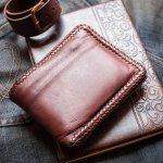 Siapa sih yang nggak suka dengan berbagai produk dari bahan kulit? Mulai dari tas sampai dompet pasti punya kekhasan tersendiri jika terbuat dari kulit. Yuk, intip dulu beragai rekomendasi dompet kulit Jogja ini!