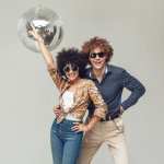 Era 80-an memiliki ciri khas fashion tersendiri, khususnya gaya berpakaian kaum pria. Outfit warna-warni, aksesori sporty, berikut model rambut afro, banyak terlihat pada masa tersebut. 30 tahun berlalu, ternyata gaya fashion 80-an kembali digemari banyak pria masa kini.