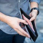 ポケットに入れやすい二つ折り財布は持ち運びに便利で、普段から持ち歩く荷物が少ない人によく選ばれています。この記事では、二つ折り財布を探している高校生に向けて、メンズ二つ折り財布を扱うブランドをランキング形式でまとめました。チェックすれば人気のブランドがひと目で分かるので、それぞれの魅力を押さえて自分にぴったりの二つ折り財布を見つけましょう。