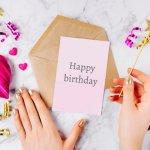 सही मायने में अपने उपहारों के साथ प्यार भरे संदेशों में जबरदस्त शक्ति होती है; ये आपकी भावनाओं को व्यक्त कर सकते हैं,और आपकी प्रेमिका को दिखा सकते हैं कि उसका जन्मदिन आपके लिए कितना मायने रखता हैं। आप संदेश को काव्यात्मक और रोमांटिक बना सकते हैं ताकि आपका उपहार का प्रभाव और अधिक हो जाये । इस लेख में खूबसूरत संदेशों की सूचि है और साथ ही आपकी प्रेमिका के लिए उद्धरण के साथ 12 सार्थक उपहार भी है।