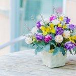 大切な方の誕生日を華やかに演出してくれる花はプレゼントの定番です。そこで、今回は予算1,000円で購入できる人気の花ギフトを【2019年最新情報】としてご紹介します。可愛いアレンジメントの花ギフトやシンプルな一輪のバラなど、おすすめの花ギフトを厳選しました。花の特徴なども参考に素敵な花ギフトを選んでください。