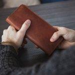 今回は、こだわりの革を使ったアイテムで知られるダコタのメンズ長財布をご紹介します。人気の高いシリーズがわかるランキングや選び方の解説を参考に、たくさんの商品のなかから自分にぴったりの長財布を見つけましょう。