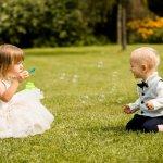 新しく夫婦となった2人を祝福する結婚式には、大人だけではなく子供のゲストも招かれます。着慣れないフォーマルに身を包み、お祝いのために駆けつけてくれた子供達に、素敵なプレゼントを用意して幸せをお裾分けしましょう!今回の記事では、結婚式で子供達にプレゼントして喜ばれる15のアイテムを、人気の理由や魅力と一緒にランキング形式でご紹介します。