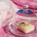 Siapa sih yang nggak bahagia jika menerima hadiah berupa peralatan mandi atau bath gift set yang dikemas dengan cantik? Ah, wanita mana pun pasti akan langsung menikmati rangkaian peralatan mandi yang mampu memanjakan kulit.  Yuk, langsung lihat rekomendasi hadiah dari BP-Guide ini!