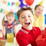 यदि आप अपने बच्चे के लिए जन्मदिन की पार्टी कर रहे हैं, तो लड़कों के लिए और लड़कियों के लिए अलग-अलग रिटर्न गिफ्ट रखें तो अच्छा रहेगा। कम उम्र में भी, लड़कों और लड़कियों की पसंद और नापसंद बहुत अलग होती है और आपके लिए भी आसान रहेगा अगर आप दोनों के लिए अलग उपहार लें, क्योंकि कोई एक चीज़ जो दोनों को समान रूप से पसंद आये ढूंढ़ना काफी कठिन काम है। तोह आइये देखते हैं लड़कों के लिए कुछ ख़ास उपहार।