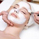 Perawatan wajah secara tradisional baru-baru ini semakin banyak dipilih para wanita. Bukan hanya bujet yang lebih murah, namun hasil yang didapatkan tentunya lebih sehat bagi wajah karena tidak terkontaminasi dengan bahan kimia. Yuk, kita lihat rekomendasi bahan-bahan tradisional yang dapat merawat kulit wajah serta produk-produk perawatan wajah berbahan alami!