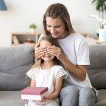 Năm học mới sắp đến rồi, bạn đã chuẩn bị xong quà tặng để chuẩn bị hành trang cho bé bước vào năm học chưa? Chắc chắn những món quà nhỏ xinh xắn sẽ là động lực to lớn giúp bé thêm háo hức vào ngày đầu tiên đi học đấy. Hãy tham khảo bài viết dưới đây của Bp-guide để bỏ túi top 10 món quà cho bé gái 4 tuổi nhân dịp chuẩn bị vào năm học mới (năm 2021) bạn nhé!