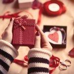 Ngày Valentine hay còn được gọi là ngày Lễ tình nhân 14.2. Vào ngày này, các cặp đôi yêu nhau thường gửi tặng cho người mình thương những món quà đầy ngọt ngào. Tuy nhiên nhiều người rơi vào cảnh không biết lựa chọn quà tặng nào cho phù hợp, dẫn đến việc tặng quà muộn. Tuy nhiên bạn sẽ gỡ gạc được với nửa kia nếu chọn được món quà ý nghĩa và độc đáo. Dưới đây là 10 gợi ý quà tặng đầy ý nghĩa cho ngày Valentine mà các cặp đôi nên tham khảo!