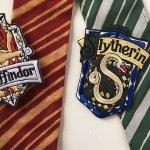 Harry Potter adalah salah satu seri terlaris di dunia yang punya jutaan penggemar. Nggak hanya cerita yang menarik, inspirasi fashion Harry Potter pun banyak dicontek penggemarnya. Seperti dasi khas seragam Hogwarts ini. Kamu pengen punya? Cek rekomendasinya dari BP-Guide berikut ini.