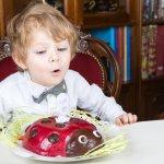 """Bé yêu nhà bạn đang chuẩn bị bước sang tuổi thứ 3, bạn đang muốn chọn những món đồ chơi thật bổ ích để dành cho bé? Hãy đồng hành cùng bài viết """"Top 10 đồ chơi làm quà sinh nhật cho bé 3 tuổi tốt nhất (năm 2020)"""" sau đây nhé."""