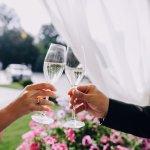 今回は、結婚祝いに贈る人気のお酒を2021年最新情報を元に紹介します。結婚祝いに縁起の良いお酒の贈り物は大変喜ばれます。その理由や選び方、予算なども詳しく説明しますので、ぜひ素敵な結婚祝いのプレゼントを見つけてください。