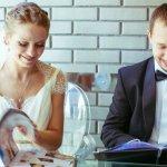 内祝いやお返しギフトとして浸透しているカタログギフトですが、最近は結婚祝いの品物としても人気があるのをご存知ですか?でもそのプレゼントには賛否両論が。結婚祝いにカタログギフトは失礼?結婚祝いや内祝いでカタログギフトを贈る場合の相場や選び方のポイントは?気になるカタログギフトのプレゼントについて徹底解説します!さらに、結婚祝いで人気のカタログギフトを、【2019年度版】種類別にランキング形式でご紹介しますので、是非ご活用くださいね。