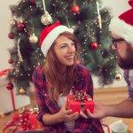 奥様へのクリスマスプレゼントにどんなアイテムを贈ると喜んでもらえるのか、悩む旦那様は多いです。そこで今回は、20代の妻が喜ぶクリスマスプレゼントを「2020年最新版」ランキングでご紹介します。プレゼントがマンネリ化しないような多彩なアイテムをご紹介しますので、ぜひ思い出に残るクリスマスプレゼント選びの参考にしてください。