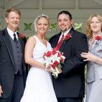 Hari pernikahan tentunya sangat spesial bagi pengantin. Tidak hanya pengantin, tapi keluarganya juga sangat bahagia dengan peristiwa tersebut. Itu karenanya, di hari yang spesial orang tua juga mesti berdandan yang spesial juga.