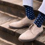 靴下は、男性にとってはほぼ毎日使う必需品です。使用頻度が多いだけに痛みも早く、穴があいてしまうことも多い消耗品です。ズボンと靴の間からちらりと見える靴下は、何気に隠れたおしゃれにもなるアイテムです。そこで、男性に人気のおしゃれなメンズ靴下の選び方のポイントやプレゼント金額の相場などをわかりやすくまとめました。さらに、男性に人気がある靴下10ブランドを【2019年度版】ランキング形式で紹介いたします。是非参考にしてください。