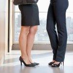 Sepatu adalah satu hal yang juga berperan dalam menentukan gaya penampilan. Tak etis rasanya jika penampilan formal tidak dibarengi dengan sepatu kerja yang sesuai. Simak rekomendasi BP-Guide berikut ini jika Anda sedang mencari sepatu kerja wanita yang tepat!