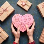 Có một ngày đặc biệt dành cho những đôi yêu nhau, cho những lứa đôi có cơ hội thể hiện tình yêu dành cho nửa kia của mình đó là ngày Lễ tình yêu 14/2. Vào ngày này, các cặp đôi sẽ cùng hẹn hò và dành tặng nhau những món quà ý nghĩa. Tuy nhiên không phải ai cũng dễ dàng chọn mua được món quà tặng người thương đúng ý. 10 gợi ý bổ ích dưới đây sẽ giúp bạn dễ dàng chọn được quà tặng Valentine ý nghĩa khi mua online đấy!