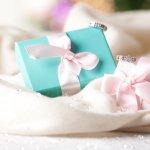 エタニティリングは、結婚記念日に贈るプレゼントとしてだけではなく、婚約指輪や結婚指輪としても多く選ばれています。2020年最新情報をもとに、女性に喜ばれるエタニティリングを、人気ブランドから厳選してご紹介します。「永遠の愛」を意味する指輪で、相手の方に対する特別な想いを届けましょう。