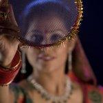 भारत के कुछ हिस्सों में पति-पत्नी के रिश्ते को सम्मान देने के लिए एक अनोखी परंपरा निभायी जाती है। करवा चौथ पे जहाँ पत्नी अपने पति के लम्बे उम्र के लिये व्रत रखती है और दिन भर भूकी-प्यासी रहती है, पति उसकी बड़ी प्यार से देख रेख करता है, व्रत तोड़ने पर अपने हाथों से उसे पानी व भोजन कराता है और उसको उपहार भी देता है। जितनी पुरानी परंपरा है, उतनी ही गहरी इसके मायने हैं और आपको बड़े ध्यान से अपनी पति के लिये उपहार चुनना चाहिये, न सिर्फ इस दिन के लिये, पर वह रोज जो आपके लिये करती है उसका धन्यवाद् देने के लिये।