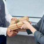 Trong kinh doanh, khai trương là một trong những dịp đặc biệt với ý nghĩa khởi đầu mới nhiều thành công và may mắn. Đây cũng là dịp mà bạn cần tặng quà cho đối tác để gắn kết thân tình, tạo thêm nhiều mối quan hệ tốt đẹp. Có phải bạn đang băn khoăn nên tặng quà khai trương gì vừa ý nghĩa vừa tiết kiệm chi phí? Tham khảo ngay 10 gợi ý hữu ích dưới đây nhé.