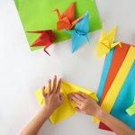Punya waktu luang di rumah? Yuk, ajak anak Anda untuk berkreasi membuat hiasan kamar dari kertas origami sederhana. Ada banyak bentuk origami yang bisa dipraktikkan dan pastinya bisa jadi hiasan lucu di kamarnya.
